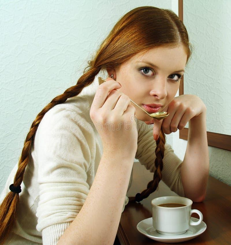 Portrait des Redheadmädchens heißen Kaffee trinkend lizenzfreies stockfoto