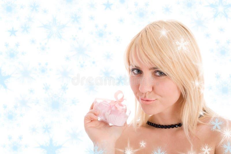 Portrait des reizvollen Mädchens ein Geschenk anhalten stockfotografie