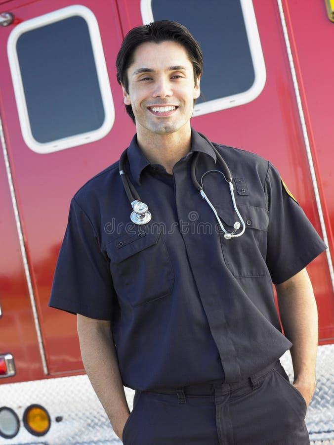 Portrait des Sanitäters vor Krankenwagen lizenzfreies stockbild