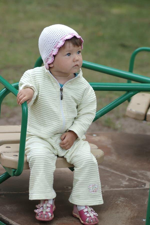 Portrait des Schätzchens auf Merry-go-round lizenzfreie stockfotos