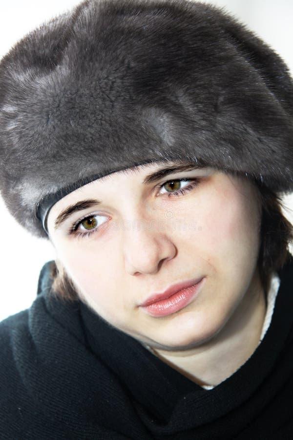 Portrait des schönen erwachsenen Mädchens im Freien im Winter lizenzfreies stockbild
