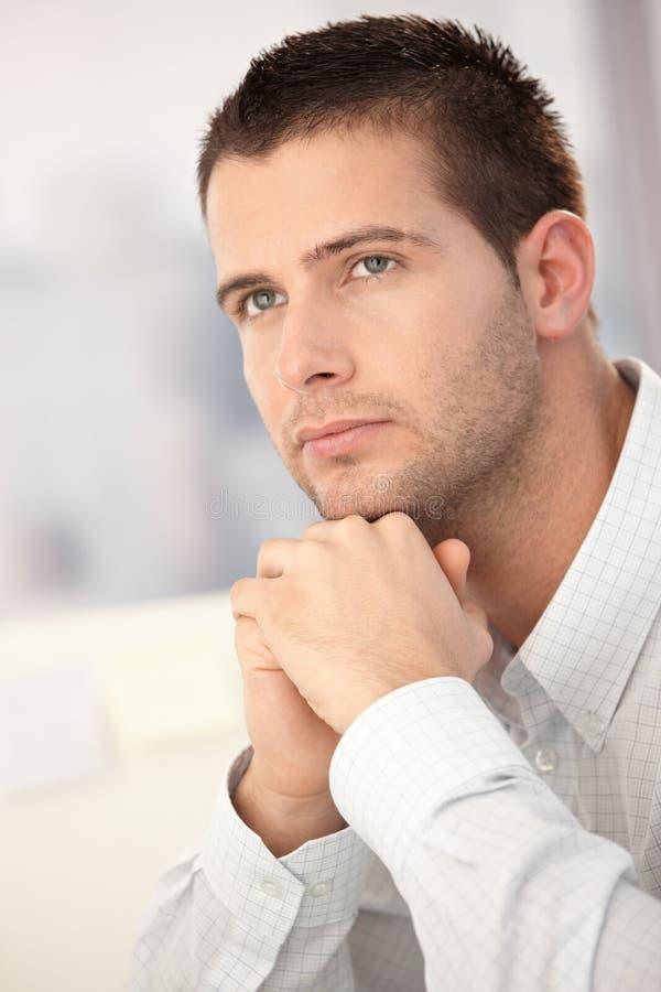 Portrait des schönen jungen Mannes lizenzfreie stockfotos