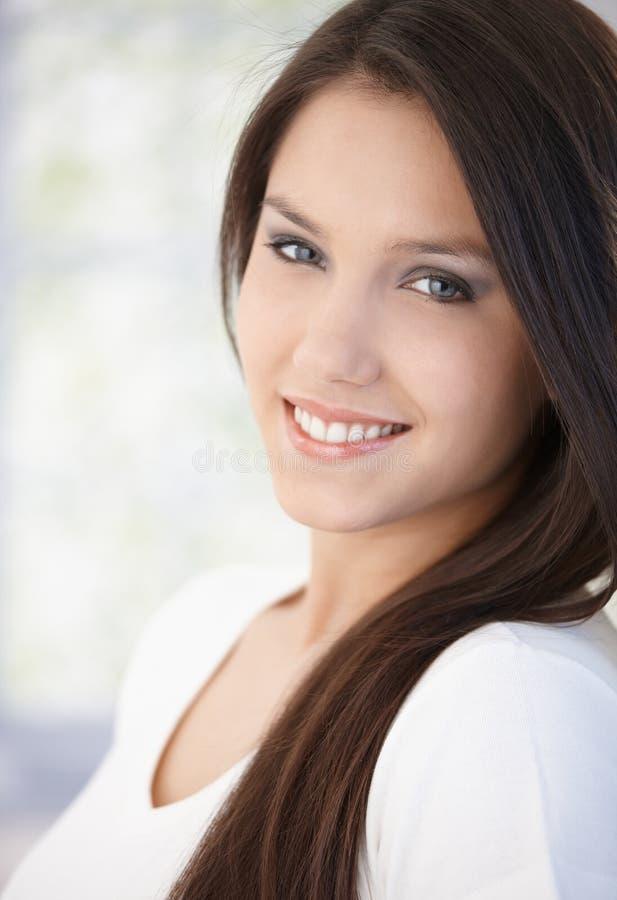 Portrait des schönen Lächelns des jungen Mädchens lizenzfreie stockfotos