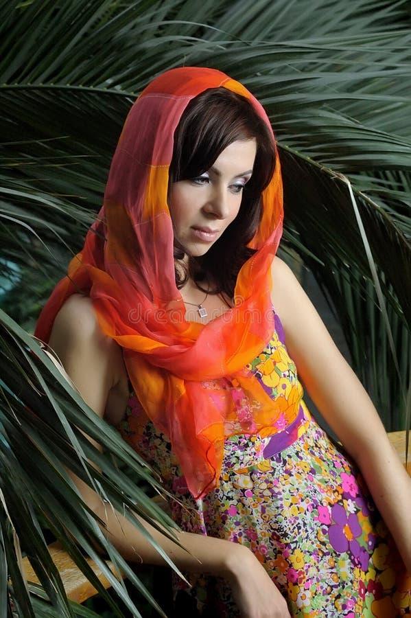 Portrait des schönen Mädchens in einem hellen Schal lizenzfreie stockbilder