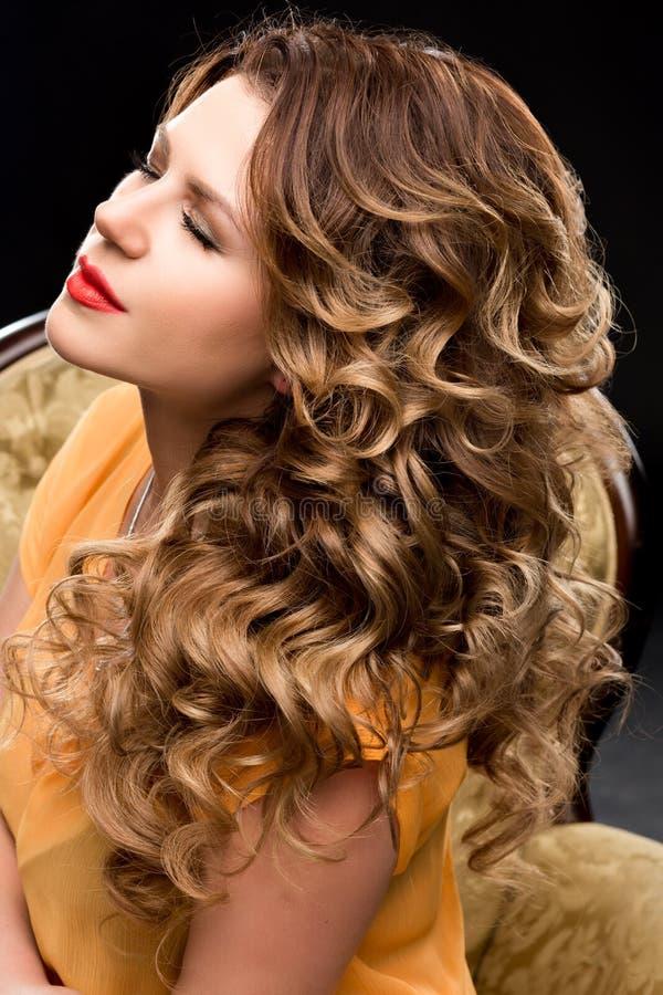 Portrait des schönen Mädchens mit dem langen Haar lizenzfreies stockfoto