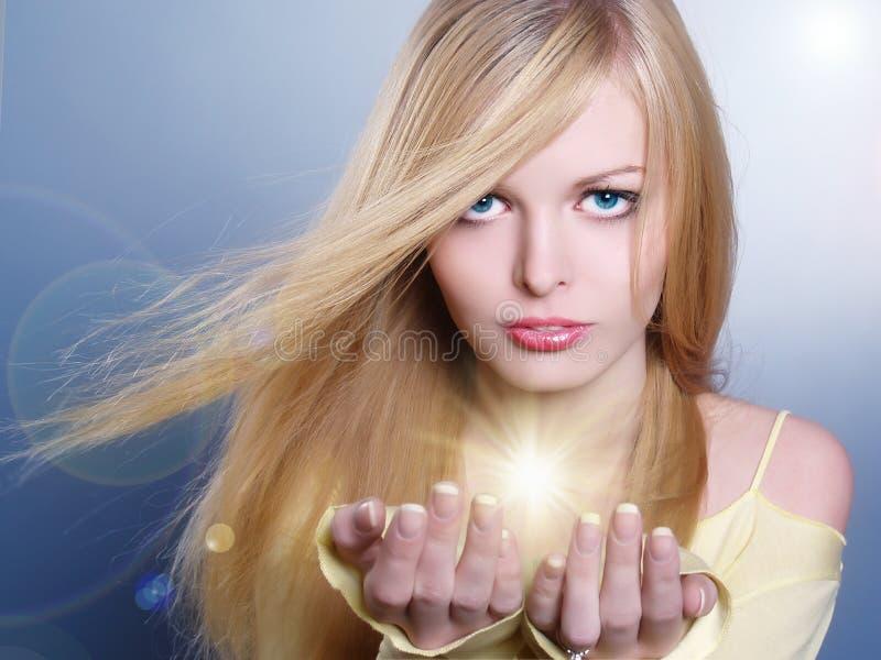 Portrait des schönen Mädchens mit Leuchte stockfotos