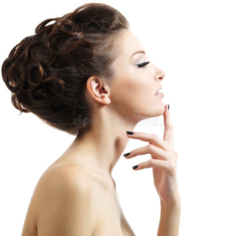 Portrait des schönen Mädchens mit lockiger Frisur stockbilder