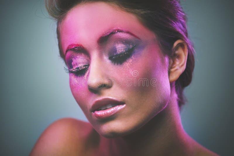 Portrait des schönen Mädchens mit rosafarbener Verfassung lizenzfreie stockfotos
