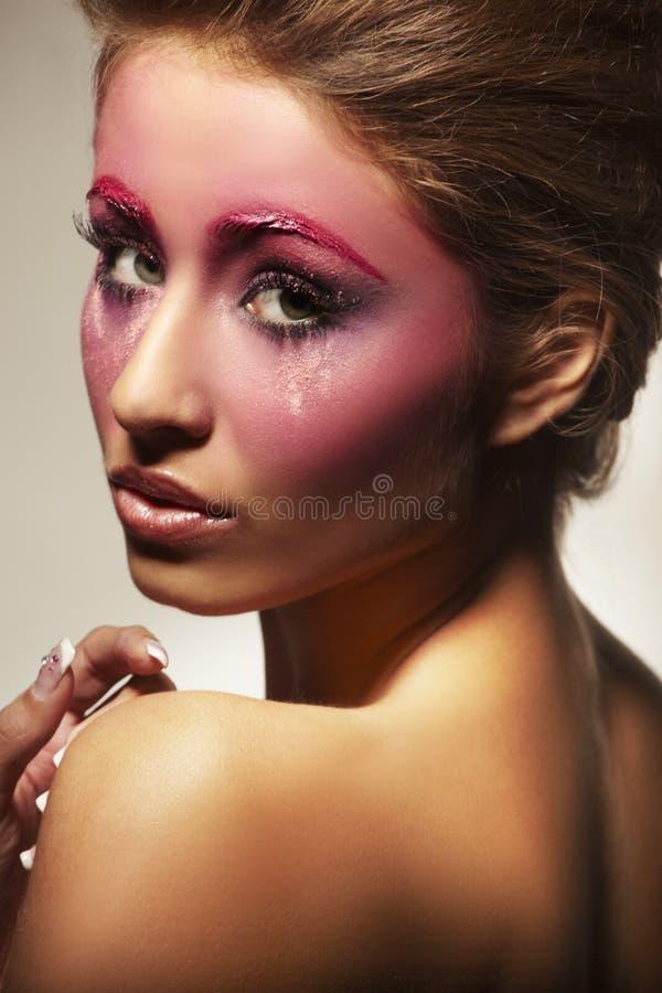Portrait des schönen Mädchens mit rosafarbener Verfassung stockfotografie