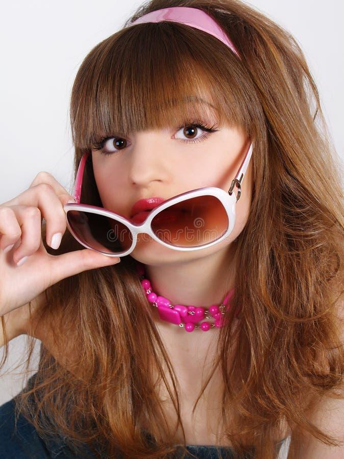 Portrait des schönen Mädchens mit Solargläsern lizenzfreies stockfoto