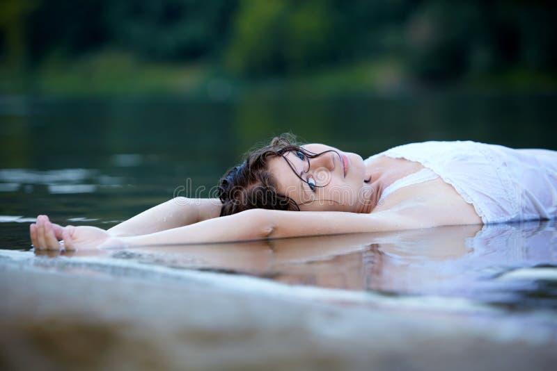 Portrait des schönen reizvollen Mädchens draußen lizenzfreie stockfotografie
