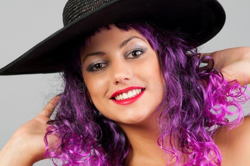 Portrait des schönen reizvollen Mädchens mit dem purpurroten Haar stockfoto