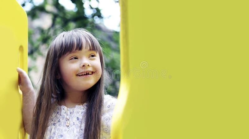 Portrait des sch?nen jungen M?dchens auf dem Spielplatz lizenzfreie stockfotografie