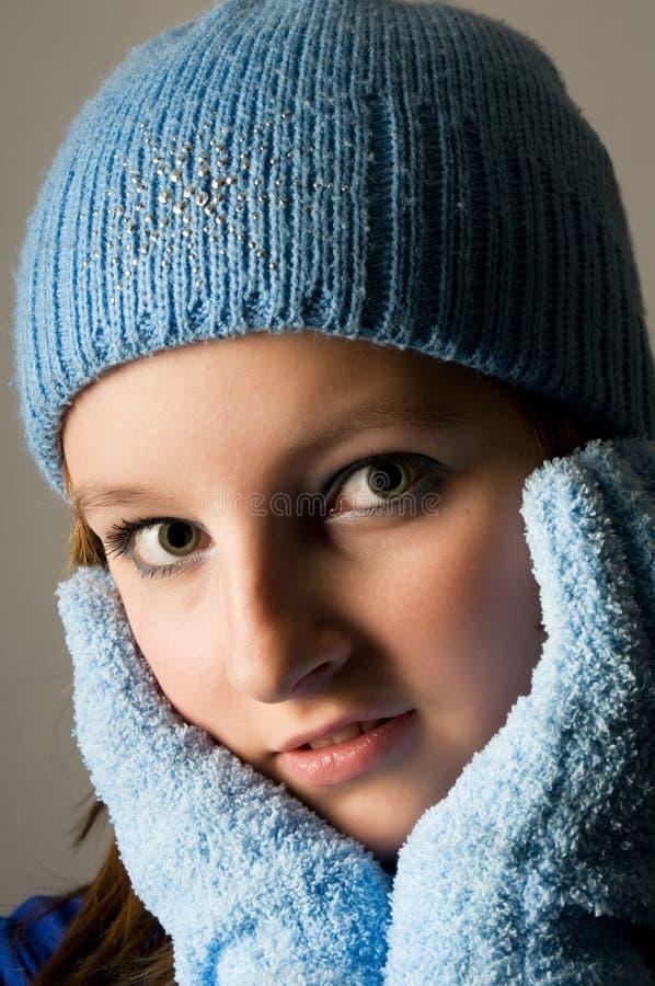 Portrait des Schulmädchens mit blauer Winterschutzkappe lizenzfreie stockbilder