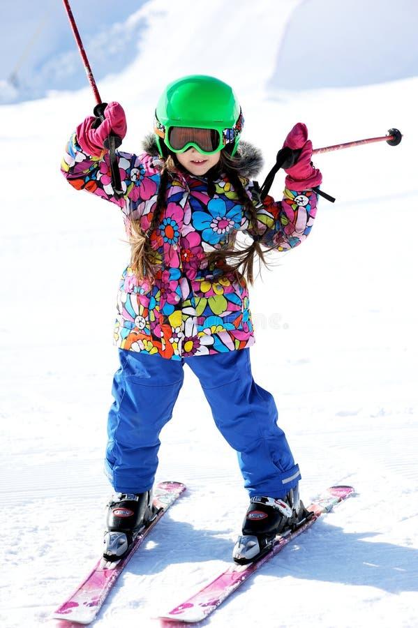 Portrait des Skifahrers des kleinen Mädchens in der Sportklage lizenzfreie stockfotografie