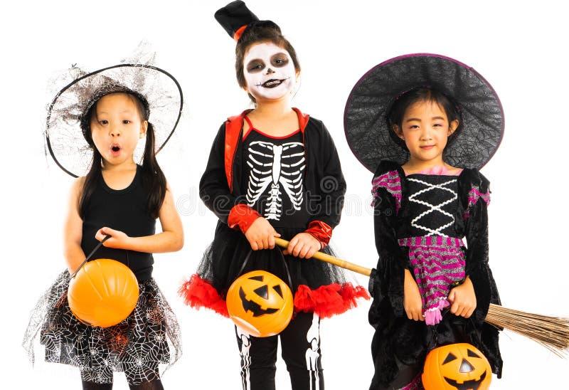 Portrait des soeurs heureuses dans le costume de Halloween avec d'isolement image libre de droits