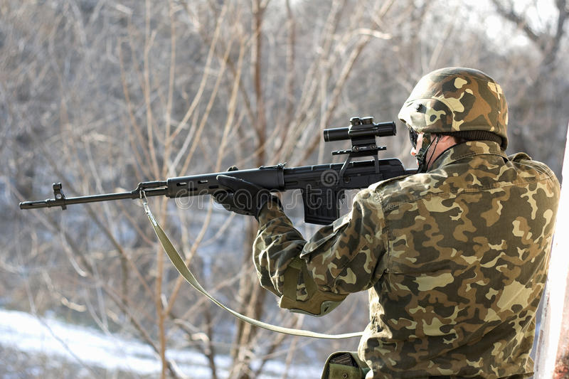 Portrait des Soldaten mit einem Scharfschützegewehr stockfotos