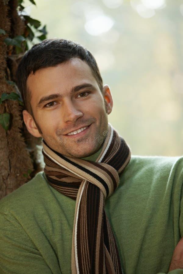 Portrait des stattlichen jungen Mannes im Herbstpark stockfotos