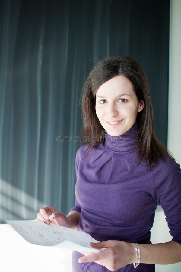 Portrait des Studenten in einem Klassenzimmer lizenzfreie stockbilder