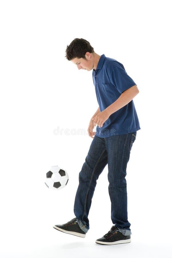 Portrait des Teenagers mit einer Fußball-Kugel lizenzfreie stockbilder