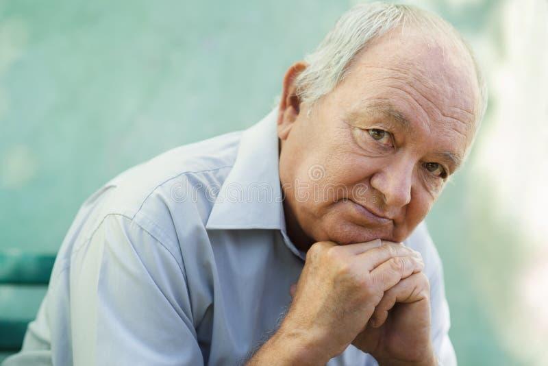 Portrait des traurigen kahlen älteren Mannes, der Kamera betrachtet stockfoto