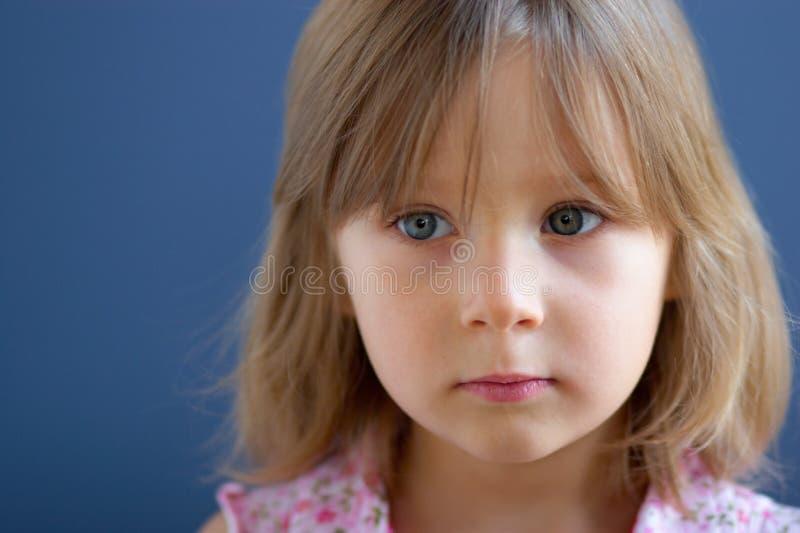Portrait des traurigen Mädchens stockbild