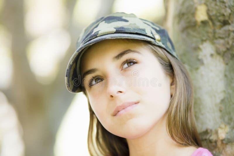 Portrait des Tween-Mädchens in der Schutzkappe stockfotos
