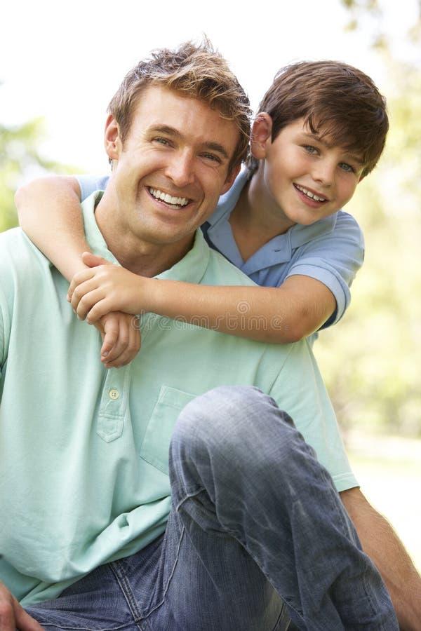 Portrait des Vaters und des Sohns im Park lizenzfreie stockfotografie