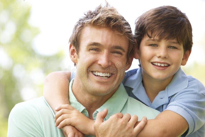 Portrait des Vaters und des Sohns im Park stockbild