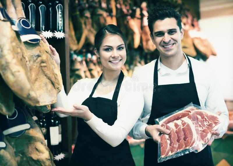 Portrait des vendeurs offrant le jamon savoureux photographie stock