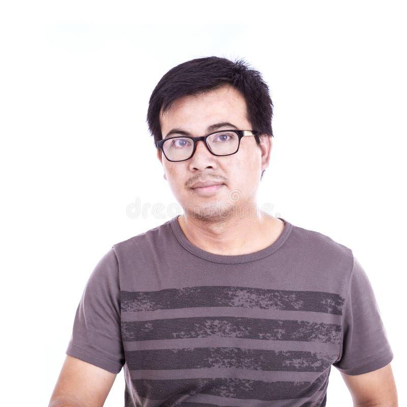 Portrait des verres asiatiques d'usage d'homme d'isolement sur le blanc images stock