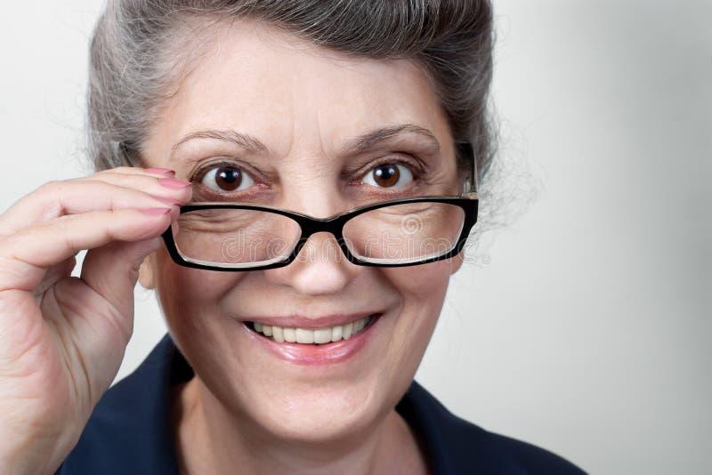 Portrait des verres de port de dame supérieure image stock