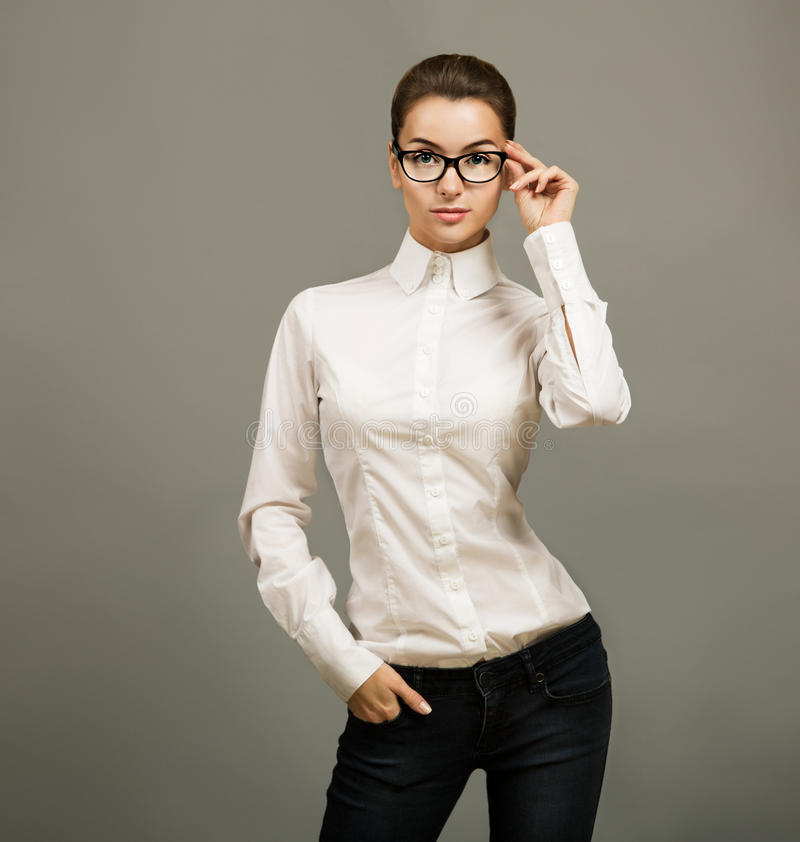 Portrait des verres de port de femme d'affaires photo stock