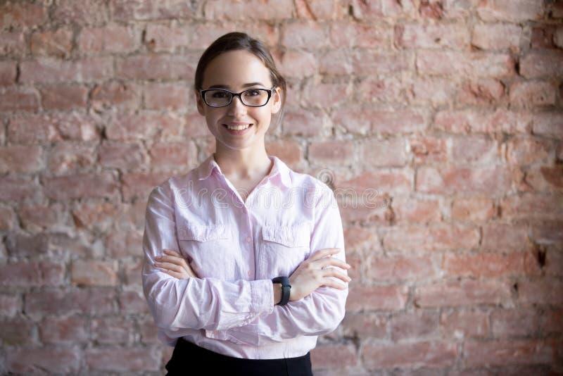 Portrait des verres de port de sourire réussis de femme d'affaires photo libre de droits