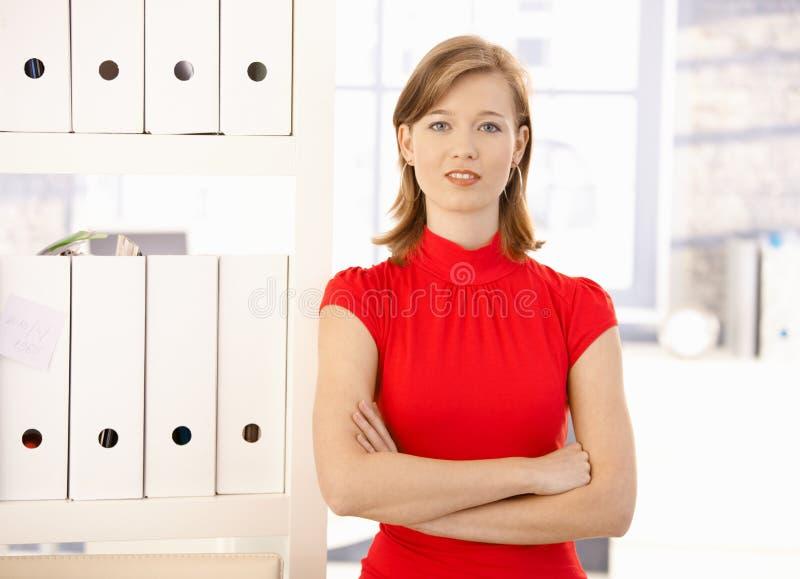 Portrait des weiblichen Büroangestellten stockfotos