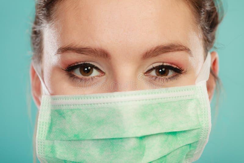 Portrait des weiblichen Doktors in der Schablone stockfoto