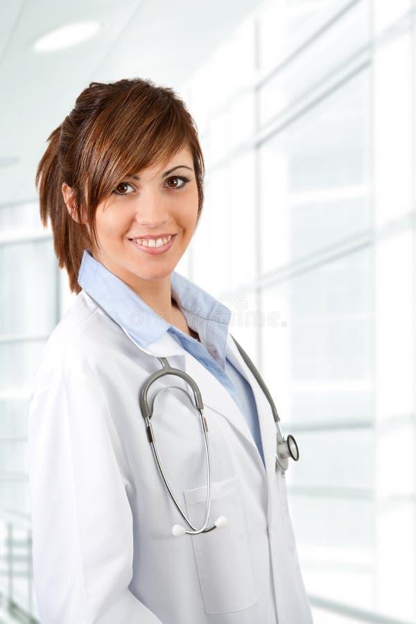 Portrait des weiblichen Doktors mit Stethoskop. stockbilder