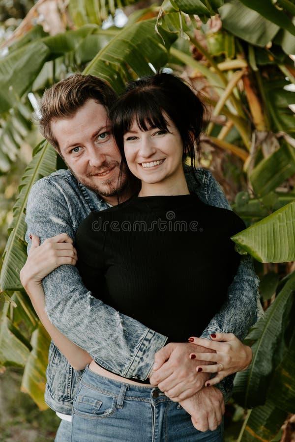 Portrait deux du beau jeune adulte caucasien moderne mignon Guy Boyfriend Lady Girlfriend Couple étreignant et embrassant dans l' image stock