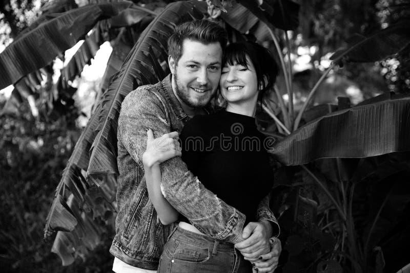 Portrait deux du beau jeune adulte caucasien moderne mignon Guy Boyfriend Lady Girlfriend Couple étreignant et embrassant dans l' photos libres de droits