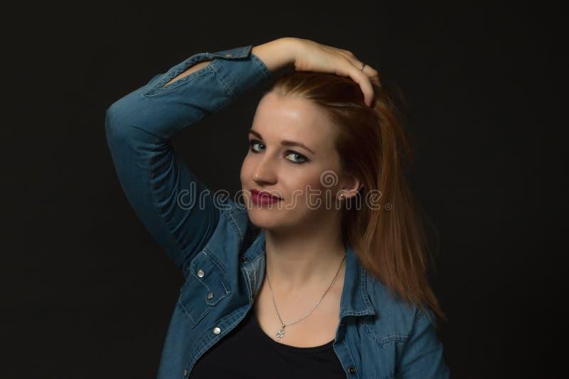 Portrait discret de jeune femme regardant la caméra image libre de droits