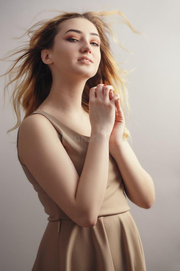 Portrait doux d'une jeune femme, visage de jeune fille aux cheveux bouclés débrayés par le vent, le concept de beauté naturelle, photographie stock
