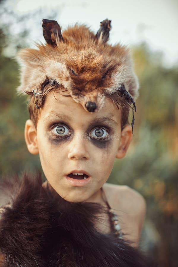 Portrait drôle étonné de garçon d'homme des cavernes photos libres de droits