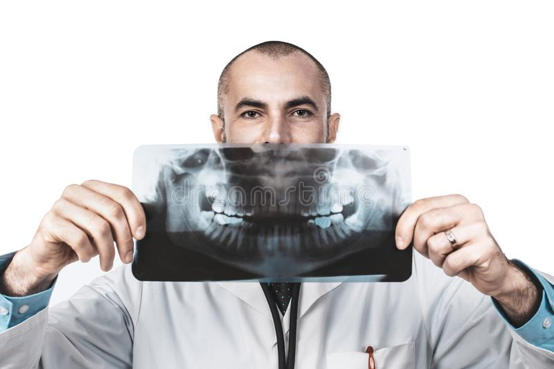 Portrait drôle d'un docteur de dentiste tenant un rayon X panoramique photo stock
