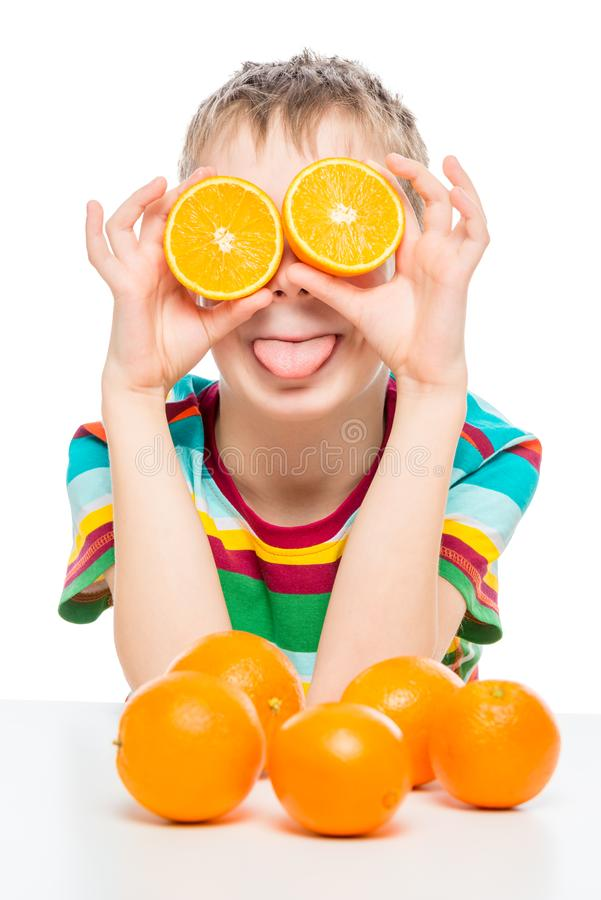 portrait drôle d'un garçon avec des oranges sur un blanc photographie stock libre de droits
