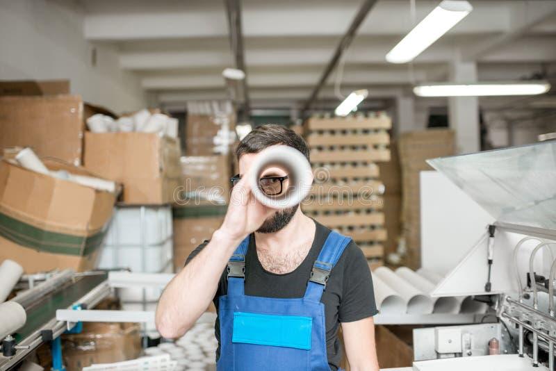 Portrait drôle d'un travailleur à la fabrication d'impression images stock