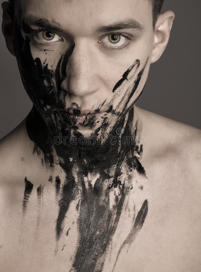 Portrait dramatique d'art de mode de l'homme en peinture noire photo libre de droits