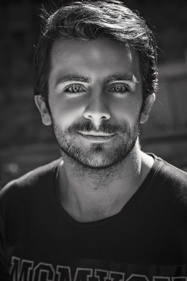 Portrait dramatique de jeune homme caucasien beau en noir et blanc photo libre de droits