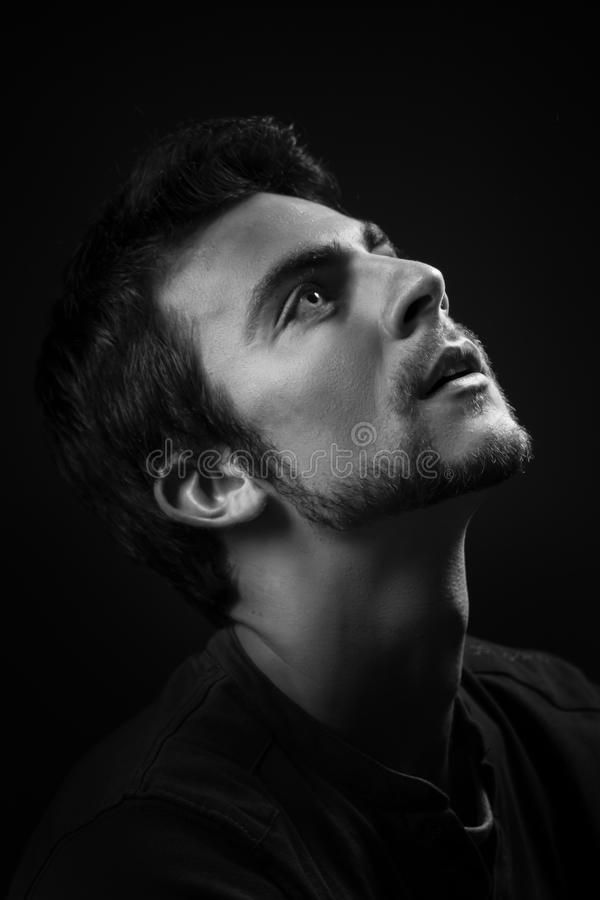 Portrait dramatique de jeune homme caucasien beau en noir et blanc photos stock