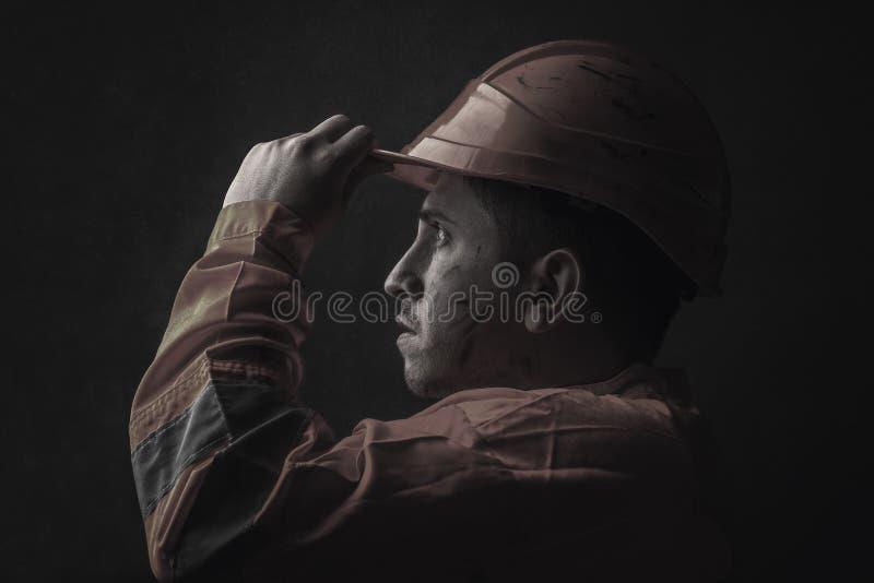 Portrait dramatique de travailleur de rail fatigué qui tiennent son helme de sécurité photos stock