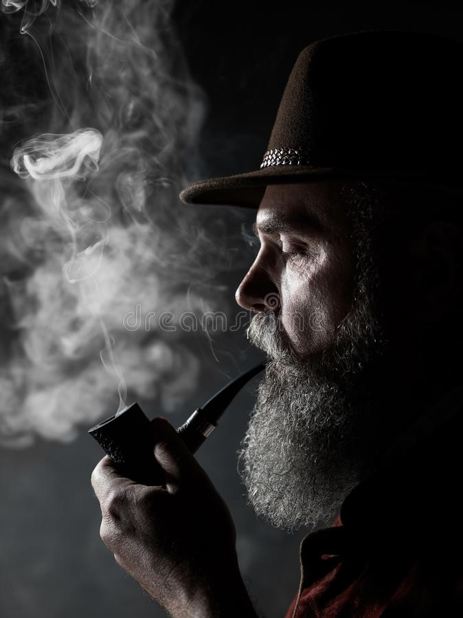 Portrait dramatique de tuyau de tabac de tabagisme supérieur photos stock
